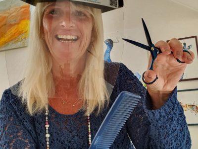 Friseur mit Gesichtsschutz